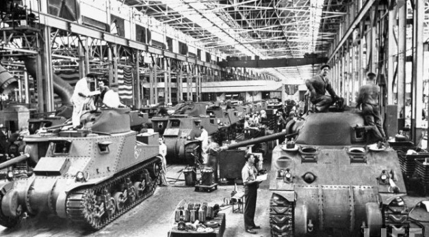 life-detroit-car-makers-world-war-II-1942_6_chrysler-tanks-672x372